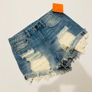 🤳 Tinsel jeans shorts with lace NWT 28